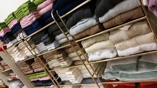 scaffale con asciugamani colorati