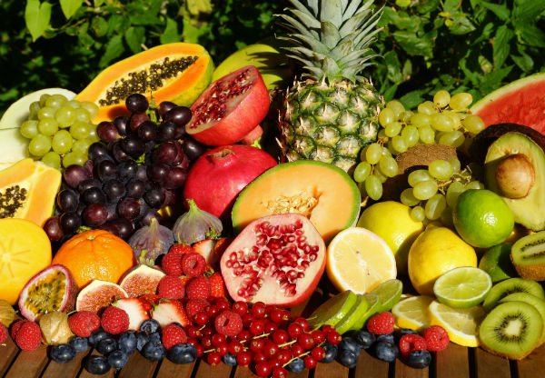 un insieme di frutta di vari tipi