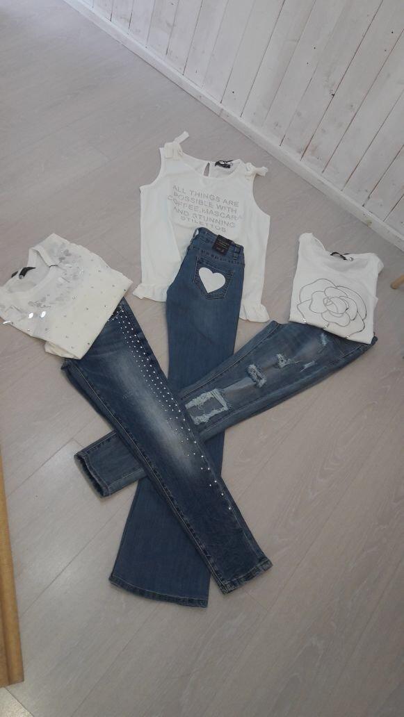 combinazione di jeans e maglie femminili