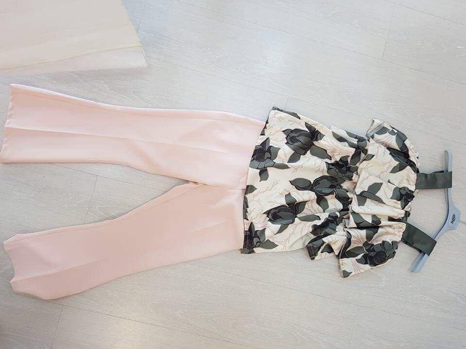 abbinamento pantaloni rosa e camicia a fiori