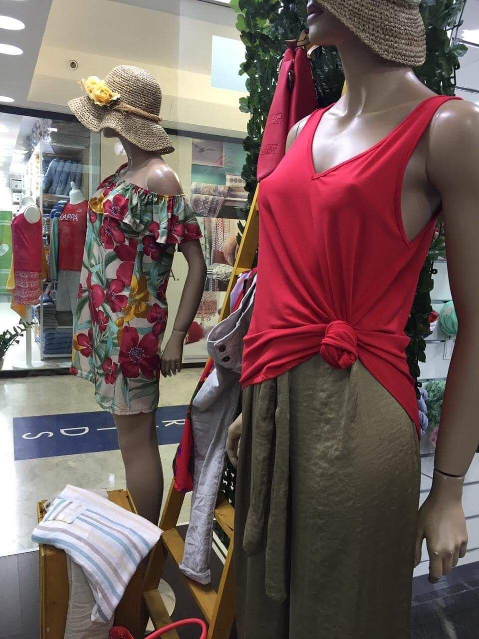 manichini con abiti femminili estivi