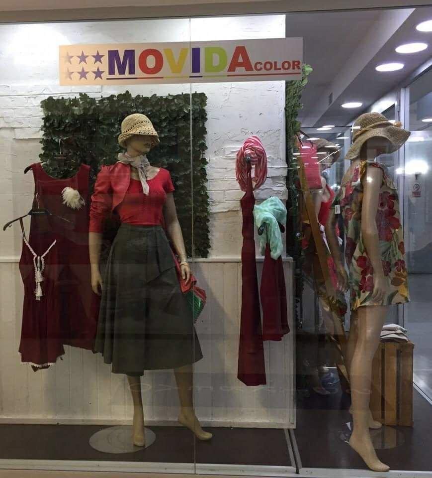 vetrina con manichini con abiti femminili