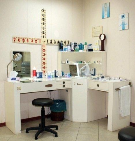 Il laboratorio di preparazione delle lenti a contatto