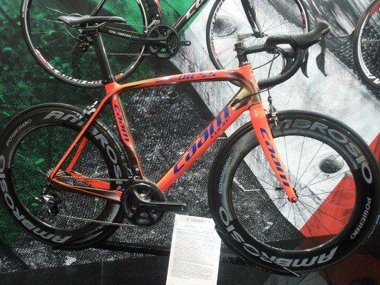 una mountain bike arancione