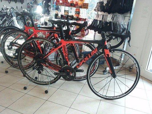 delle biciclette arancioni e nere
