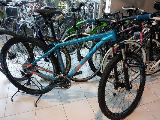 una mountain bike azzurra