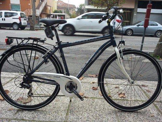una bicicletta blu scura