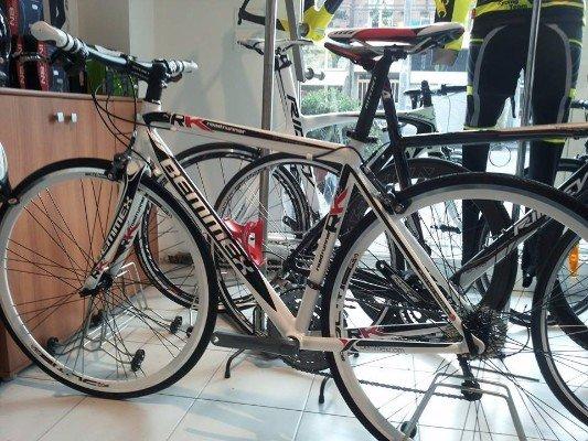 una bicicletta grigia e nera