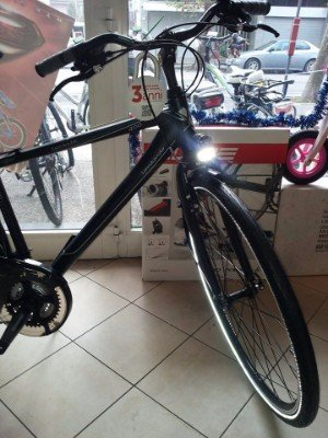una bicicletta nera in un negozio