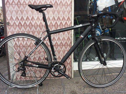 una bicicletta nera con scritte bianche