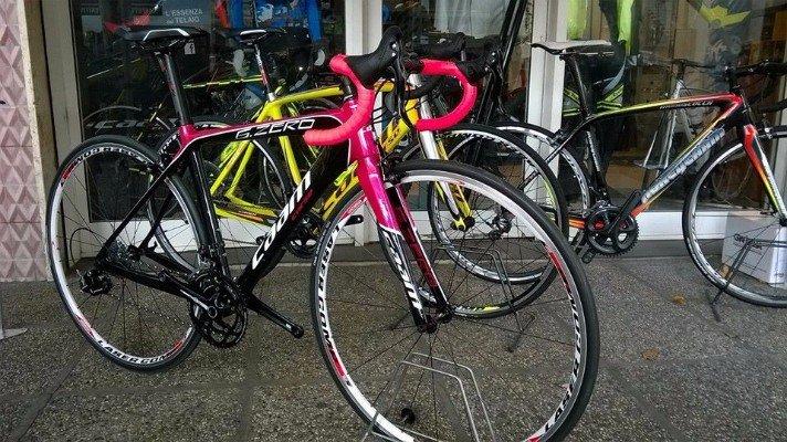 una bicicletta nera e fucsia