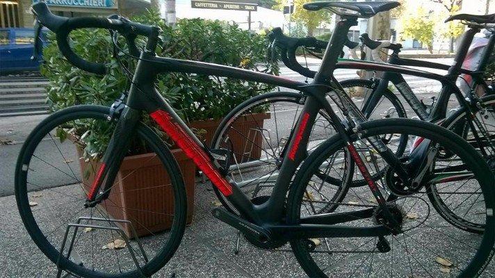 una bici nera con delle scritte arancioni