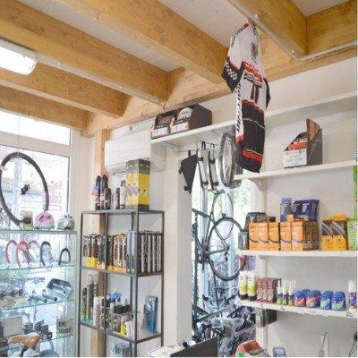 degli articoli da ciclismo in un negozio