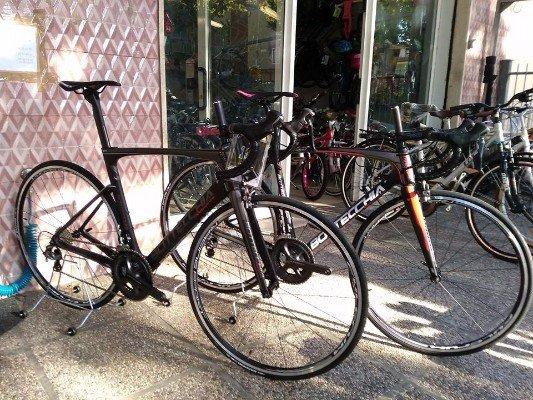 due biciclette nere