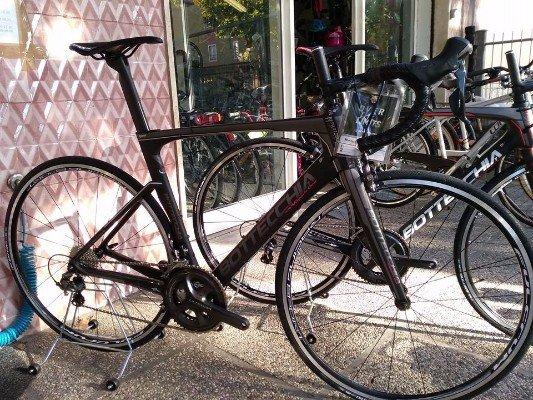 due biciclette davanti a un negozio