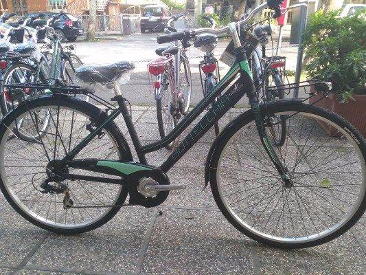 una bicicletta nera della marca Bottecchia