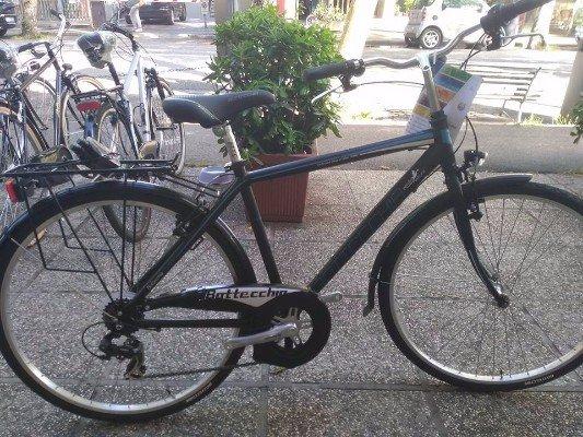 una bici nera Bottecchia