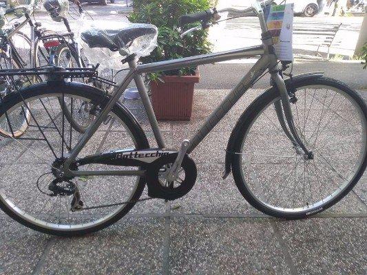 una bici grigia della marca Bottecchia