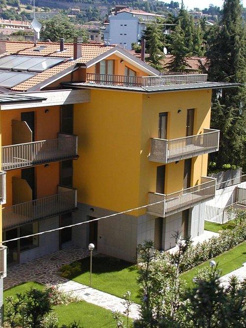due ville con le facciate di color giallo e arancione