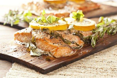 salmone con spicchi di limone
