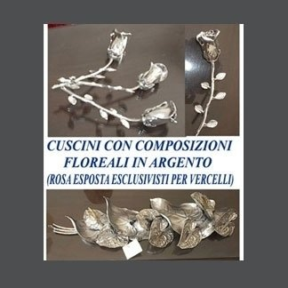 cuscini con composizioni floreali in argento