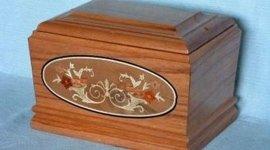 urna in legno con decorazione floreale