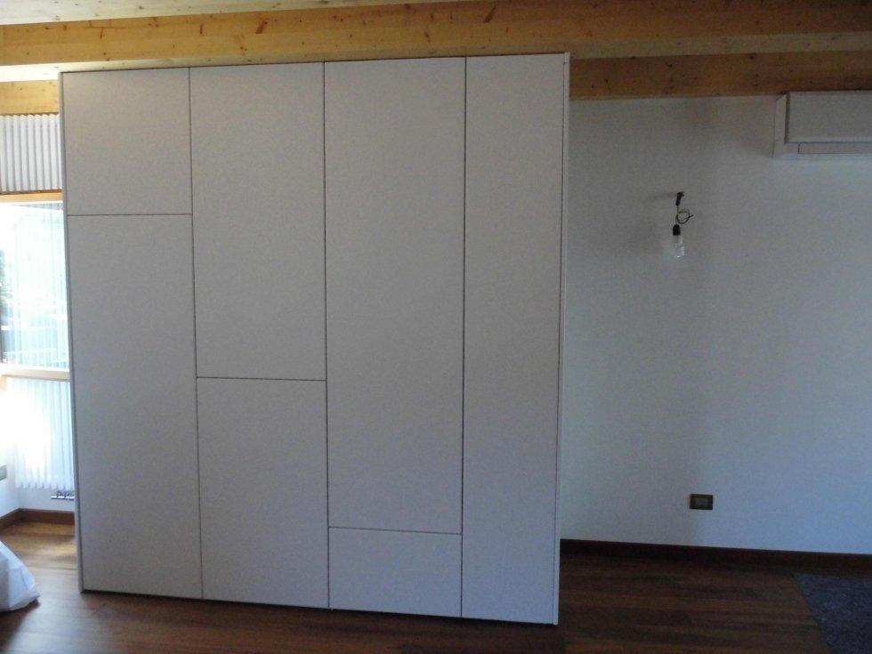 un armadio in legno di colore bianco
