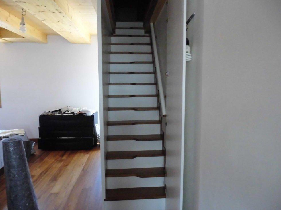 un pavimento in parquet e scala in legno