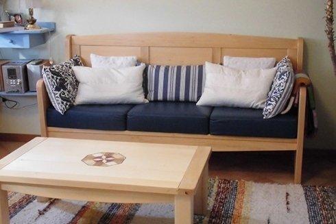 un divano e un tavolino in legno chiaro