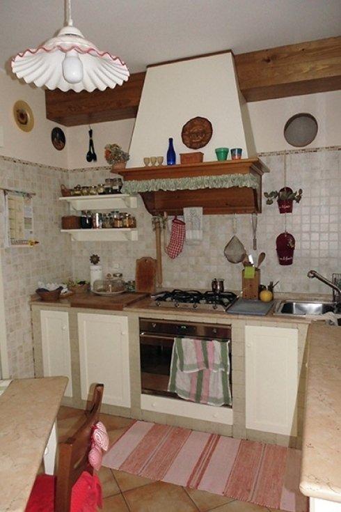 una cucina rustica con inserti in legno