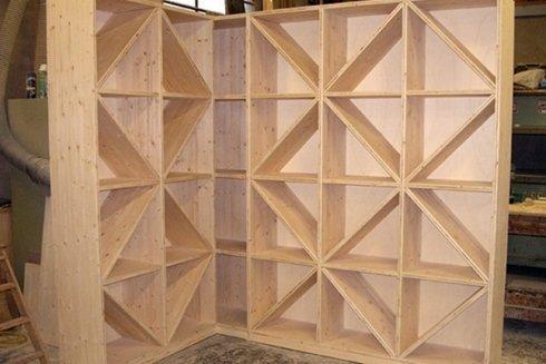 libreria in legno con strutture geometriche
