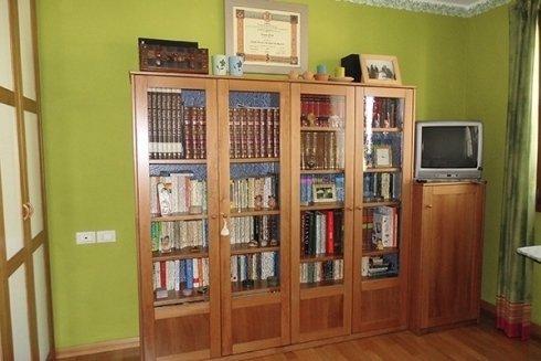 una libreria in legno chiaro