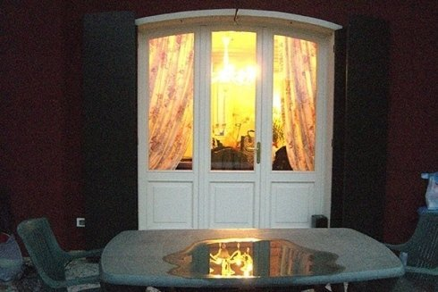 tavolo da esterno e portafinestra in legno