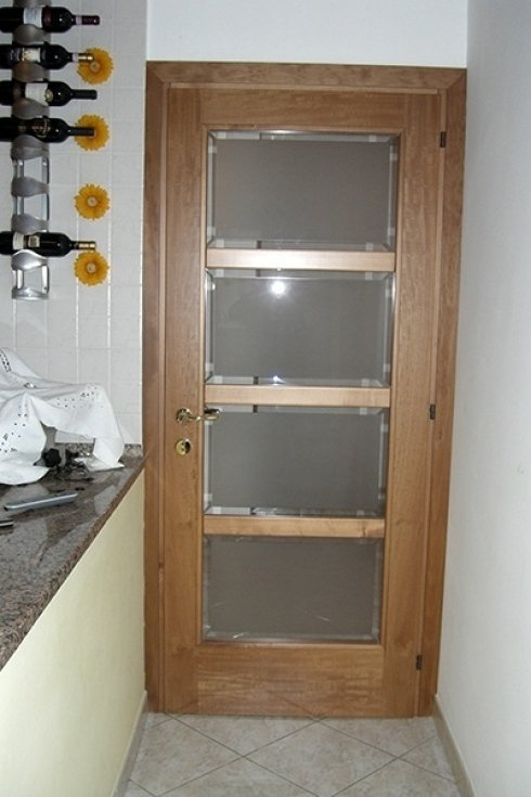 una porta in legno scuro e vetro