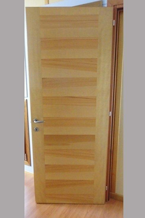 una porta da interno in legno chiaro