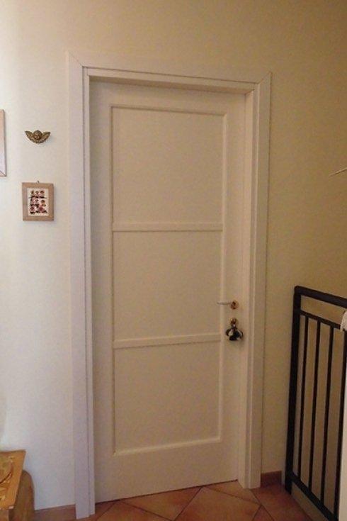 una porta da interno bianca