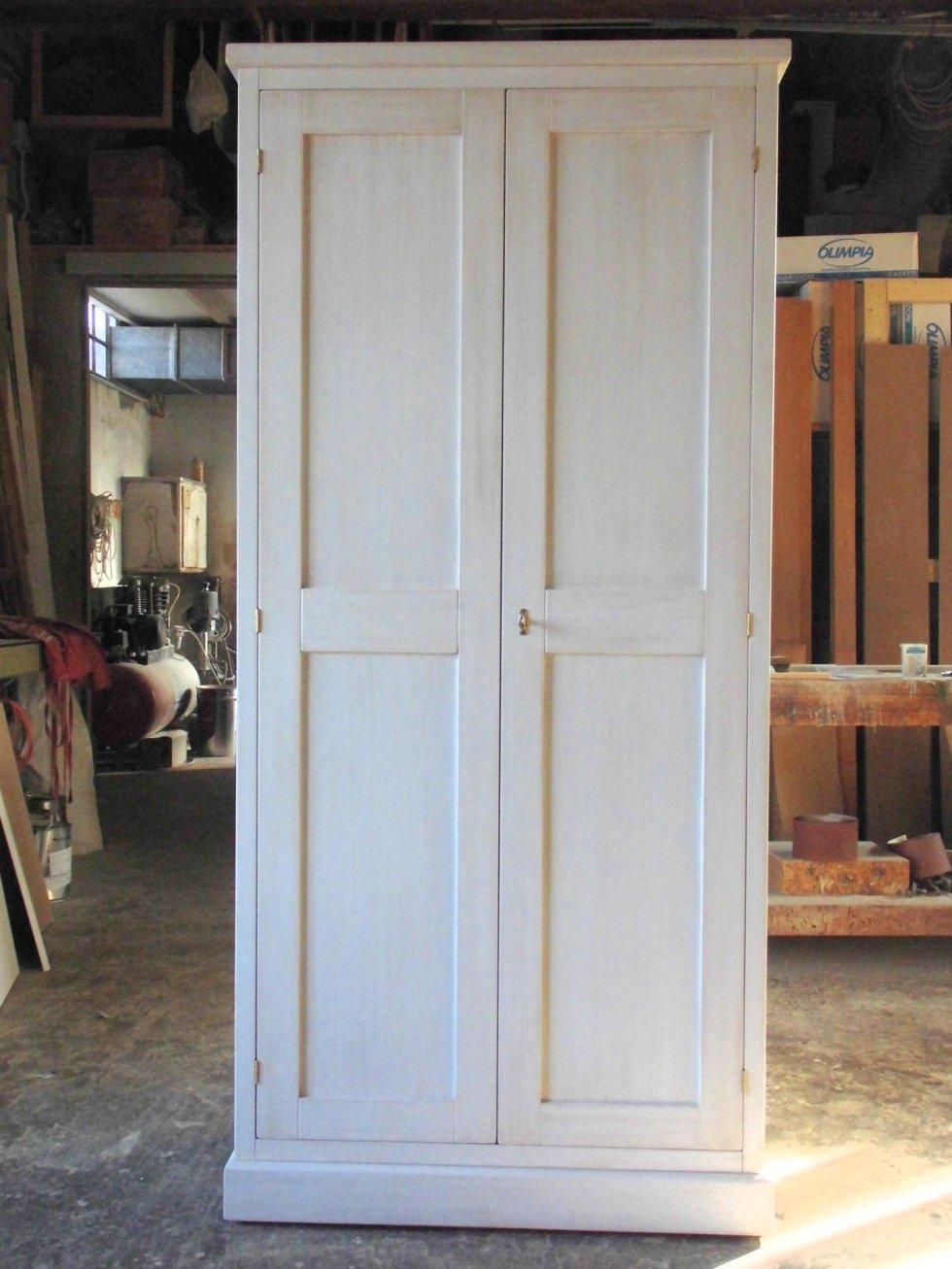 porta in legno in una falegnameria