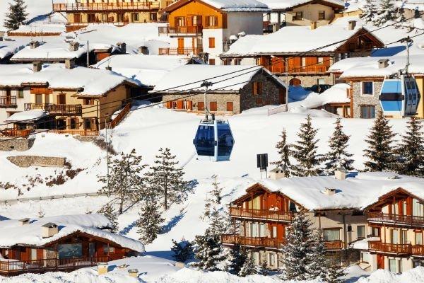 degli chalet in montagna con la neve