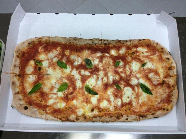 Pizza a metro alla pizzeria La Fenice a Pontecagnano Faiano