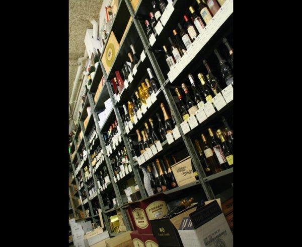 scaffale con bottiglie di vino