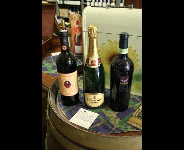 tre bottiglie di vino su una botte