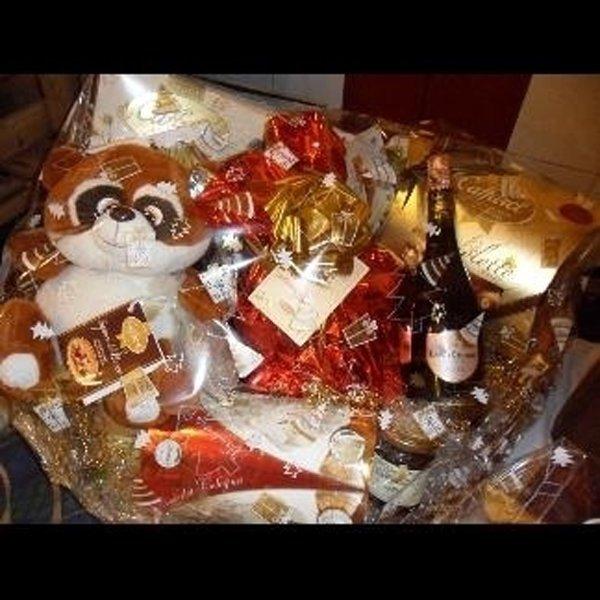 cesta regalo con peluche e vino