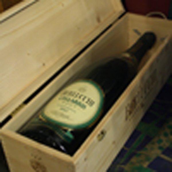 bottiglia di vino dentro un contenitore in legno