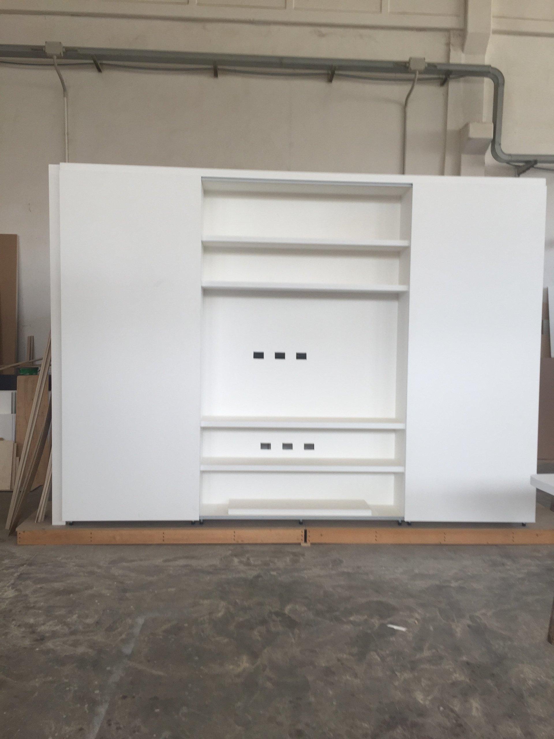 armadio bianco aperto