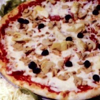 una pizza con delle olive nere e dei funghi