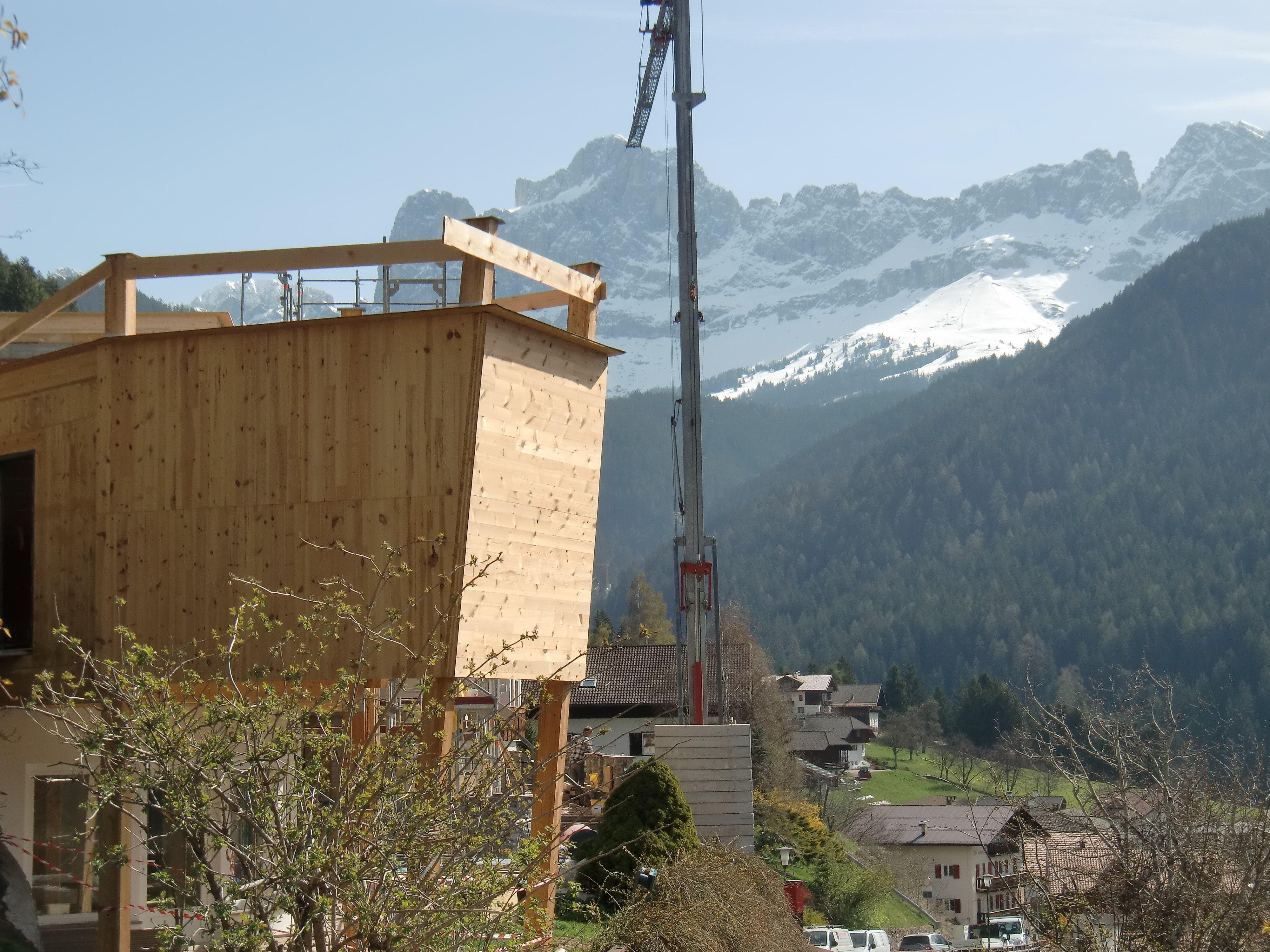 gru a lato di un'edificio in legno