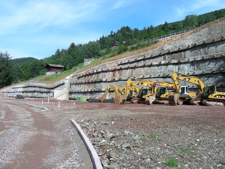 parete in cemento che trattiene la montagna