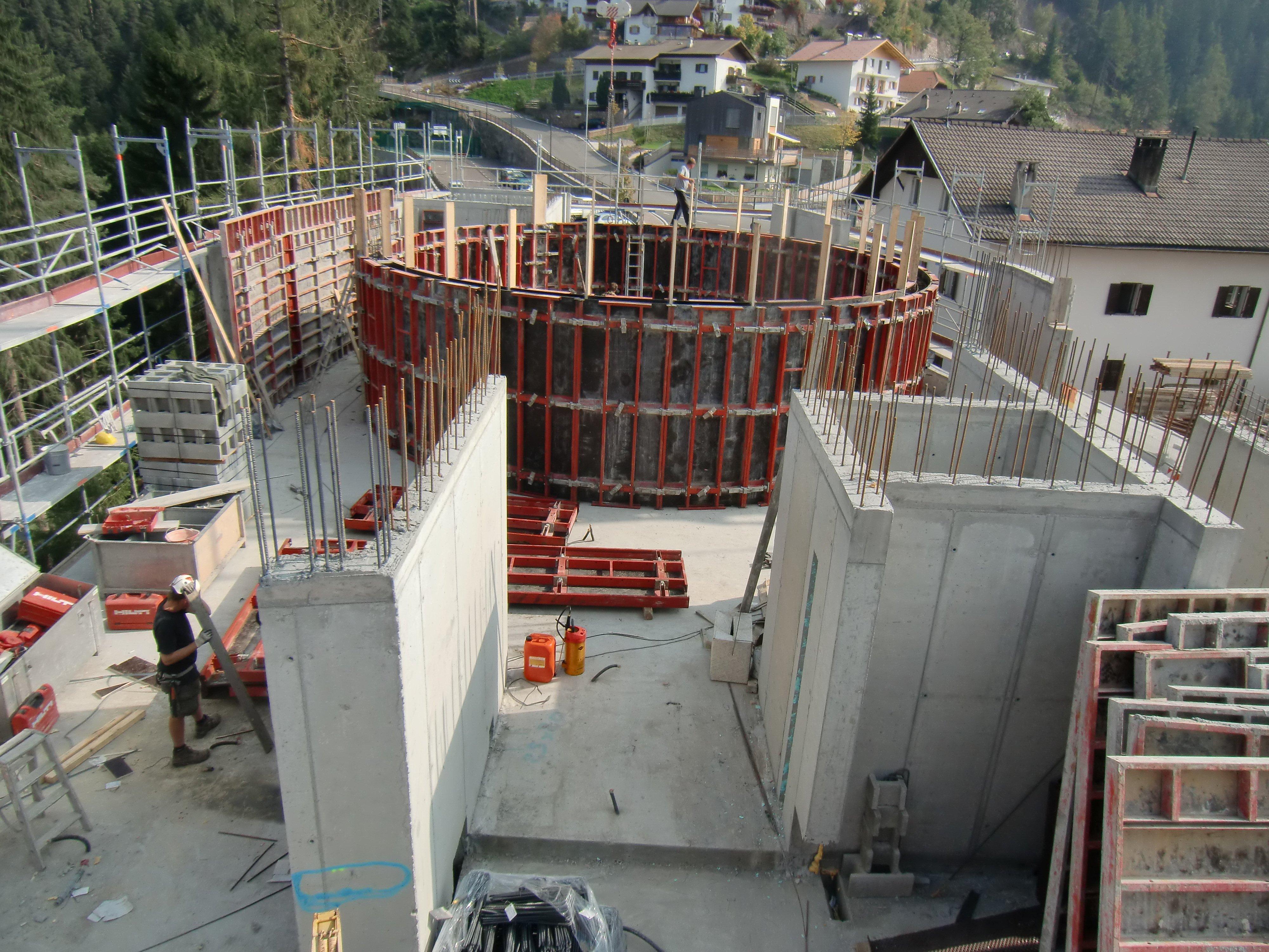 cantiere con all'interno un cerchio in cemento
