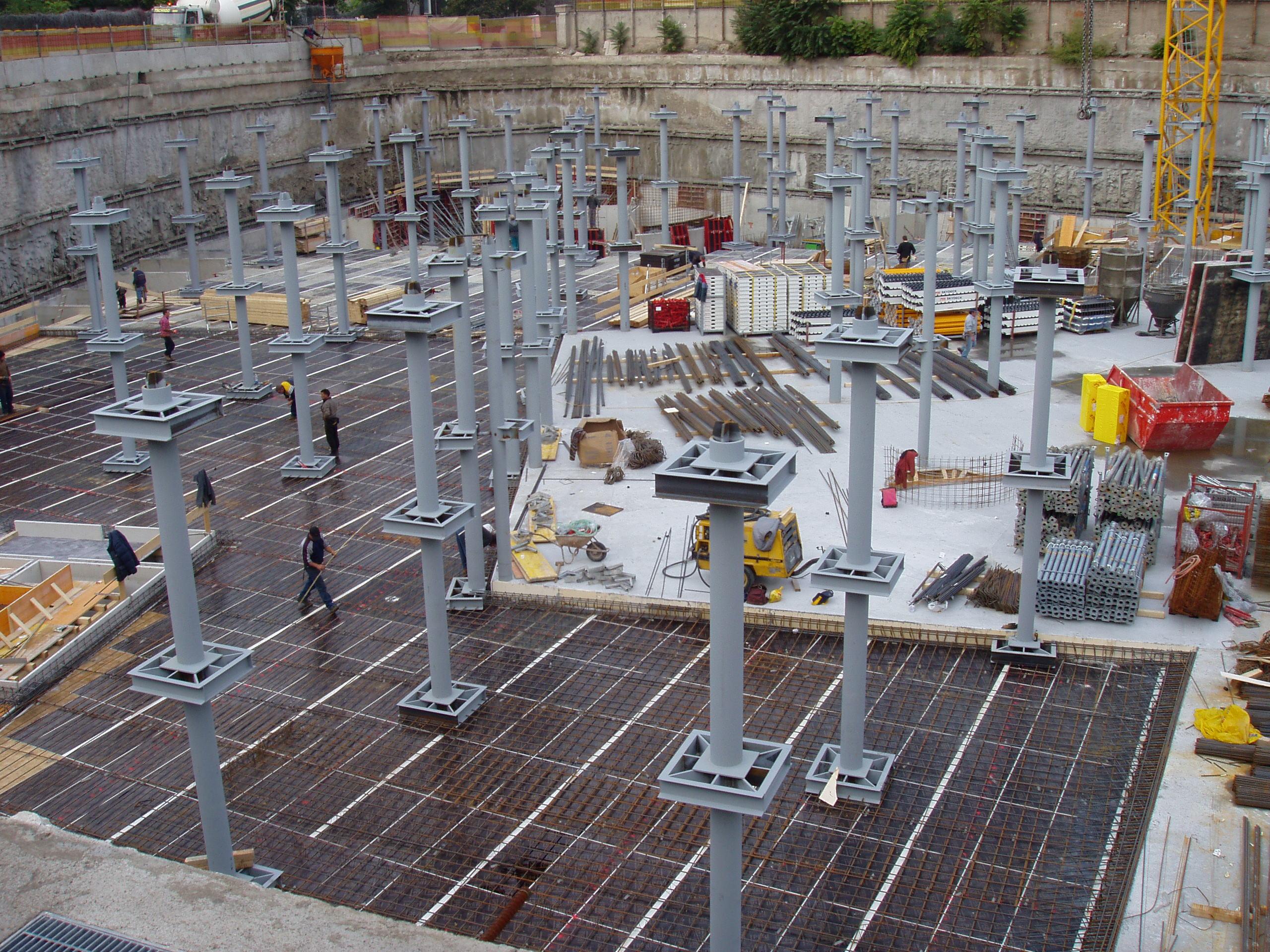 piloni in un sito in costruzione