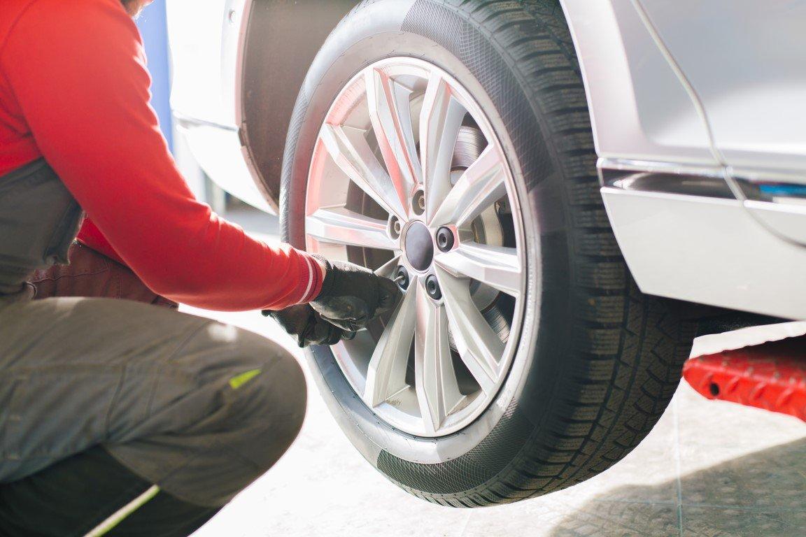 meccanico controlla la ruota di un'auto